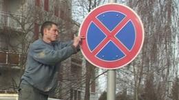 Brutális bírság a kaposvári Pipacs utcában egy illegális KRESZ-tábla miatt