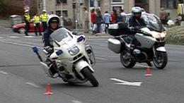 A pápát és a két Bush-t is kísérte a motorosrendőrök kiképzője