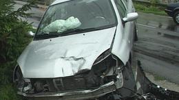 Darabokra tört a gépkocsi! Frontális ütközés Jutában