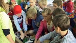 Gyerekek kukáztak az Alma együttessel