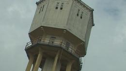Pisai ferde torony? Nem dől el, csak csúszik a siófoki víztorony!