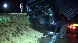 Árokba csúszott egy kamion a 67-es úton
