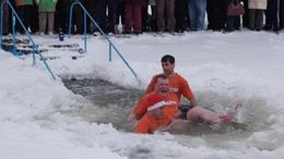 A jeges Balatonban emlékeztek barátjukra