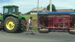 Felborult egy traktor a körforgalomban