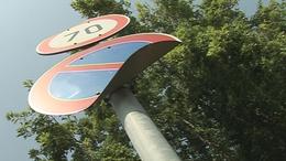 Miért gyűrödnek meg a közlekedési táblák a Kecelhegyen?