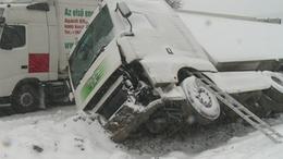 Árokba csúszott a kamion Somogyaszalónál